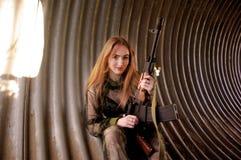 Młoda dziewczyna jest ubranym wojskowego uniform Fotografia Royalty Free