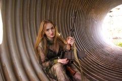 Młoda dziewczyna jest ubranym wojskowego uniform Zdjęcia Stock