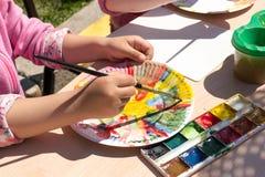 Młoda Dziewczyna Maluje Papierowego talerza Zdjęcia Royalty Free