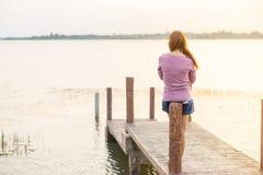 młoda dziewczyna na drewnianym moscie Obraz Stock