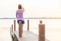 młoda dziewczyna na drewnianym moscie Fotografia Royalty Free