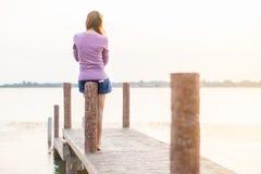 młoda dziewczyna na drewnianym moscie Obraz Royalty Free