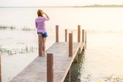 młoda dziewczyna na drewnianym moscie Zdjęcia Stock