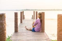 młoda dziewczyna na drewnianym moscie Obrazy Royalty Free