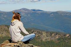Młoda dziewczyna na górze góry Obrazy Royalty Free
