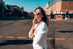 Młoda dziewczyna na miasto ulicie Obrazy Stock