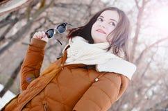 Młoda dziewczyna na spacerze w pogodnej pogodzie Zdjęcia Royalty Free