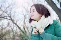 Młoda dziewczyna na spacerze w pogodnej pogodzie Zdjęcie Royalty Free