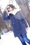 Młoda dziewczyna na spacerze w pogodnej pogodzie Obrazy Royalty Free