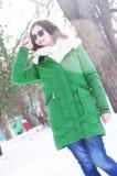 Młoda dziewczyna na spacerze w pogodnej pogodzie Obraz Royalty Free