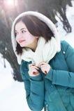 Młoda dziewczyna na spacerze w zimie Zdjęcie Royalty Free