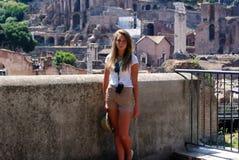 Młoda dziewczyna na wakacje w Rzym Zdjęcia Stock