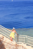 Młoda dziewczyna odpoczynek na morzu Obraz Royalty Free