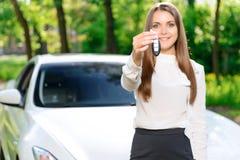 Młoda dziewczyna pokazuje samochodów klucze Zdjęcia Stock