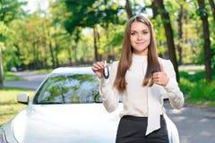 Młoda dziewczyna pokazuje samochodów klucze Fotografia Royalty Free