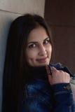 Młoda dziewczyna portret brunetki ulica Fotografia Royalty Free