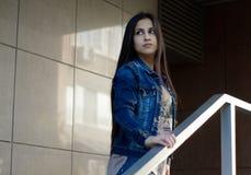 Młoda dziewczyna portret brunetki ulica Obrazy Royalty Free