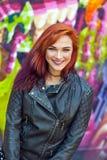 Młoda dziewczyna przed graffiti Zdjęcie Royalty Free