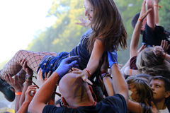 Młoda dziewczyna przy rockowym koncertem Obrazy Royalty Free