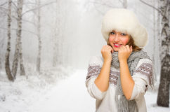 Młoda dziewczyna przy zima lasem Zdjęcie Royalty Free