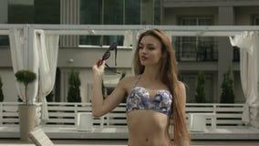 Młoda Dziewczyna Relaksuje Przy basenem zbiory