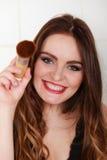 Młoda dziewczyna robi makeup Zdjęcie Royalty Free