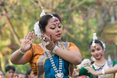 Młoda dziewczyna tancerzy perforimg przy Holi festiwalem w Kolkata (wiosna) Obrazy Royalty Free