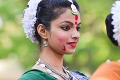 Młoda dziewczyna tancerzy perforimg przy Holi festiwalem w Kolkata (wiosna) Obraz Royalty Free