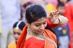 Młoda dziewczyna tancerzy perforimg przy Holi festiwalem w Kolkata (wiosna) Fotografia Royalty Free