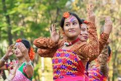 Młoda dziewczyna tancerzy perforimg przy Holi festiwalem w Kolkata (wiosna) Obraz Stock