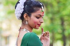 Młoda dziewczyna tancerzy perforimg przy Holi festiwalem w Kolkata (wiosna) Zdjęcie Royalty Free