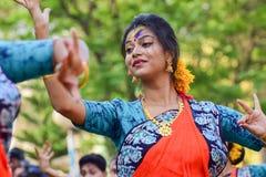 Młoda dziewczyna tancerzy perforimg przy Holi festiwalem w Kolkata (wiosna) Zdjęcia Royalty Free