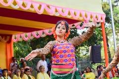 Młoda dziewczyna tancerzy perforimg przy Holi festiwalem w Kolkata (wiosna) Obrazy Stock