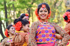 Młoda dziewczyna tancerzy perforimg przy Holi festiwalem w Kolkata (wiosna) Zdjęcie Stock