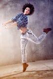 Młoda dziewczyna taniec, skacze Zdjęcia Royalty Free
