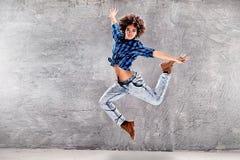 Młoda dziewczyna taniec, skacze Zdjęcia Stock