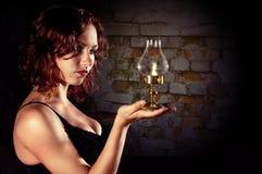 Młoda dziewczyna trzyma retro lampion Fotografia Royalty Free