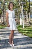 Młoda dziewczyna w biel sukni pozyci Obraz Stock