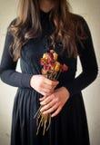 Młoda dziewczyna w czarnej rocznik sukni Fotografia Stock