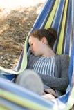 Młoda dziewczyna w hamaku Obrazy Royalty Free