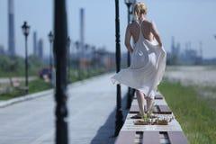 Młoda dziewczyna w lato sukni Zdjęcie Royalty Free