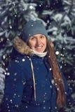 Młoda dziewczyna w nocy zimy lesie Fotografia Royalty Free