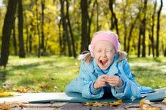 Młoda Dziewczyna w Parkowym Ziewaniu Fotografia Royalty Free