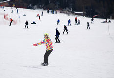 Młoda dziewczyna w postaci narta puszka góra na snowboard Fotografia Royalty Free