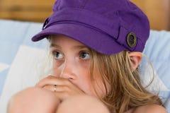 Młoda dziewczyna w purpurowym kapeluszu fotografia stock