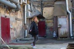 Młoda dziewczyna w St Petersburg podwórzy fotografii sesi Obraz Royalty Free