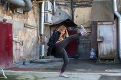 Młoda dziewczyna w St Petersburg podwórzy fotografii sesi Zabawa Zdjęcia Royalty Free