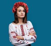 M?oda dziewczyna w Ukrai?skim krajowym kostiumu zdjęcia stock