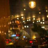 Młoda dziewczyna w wieczór w bufecie Zdjęcie Stock