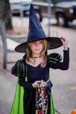 Młoda dziewczyna w witch&-x27; s kostium zdjęcie royalty free